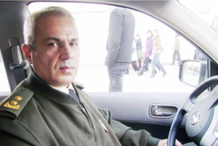 """Əziz Talıbov: """"Kitablarımla sürücülərə təsir etməyə çalışıram ki, onlar avtomobilin yüksək təhlükə mənbəyi olduğunu başa düşsünlər"""""""